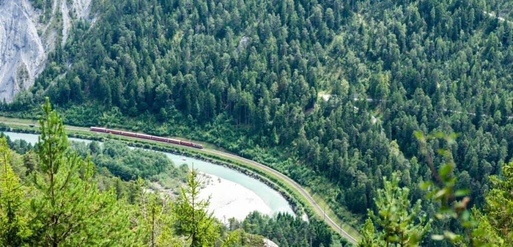 阿爾卑斯山 全球許多鐵道迷這輩子只要有機會,一定想到瑞士搭乘冰川快車。